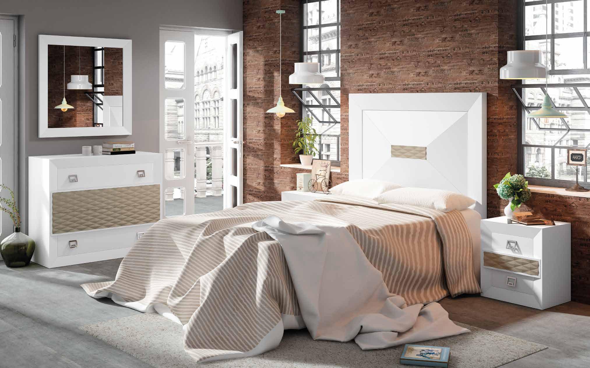 Dormitorio matrimonio en blanco y beige con detalles que hacen que adquiera un aspecto más refinado y decorativo.