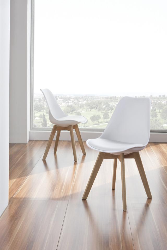 Silla nórdica con patas de madera y asiento tapizado en polipiel. Disponible en varios colores.
