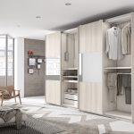 Armario de puertas correderas con diferentes medidas, con plafón en madera o cristal. Con un amplísimo espacio interior y gran capacidad para almacenar en él toda la ropa que quieras.