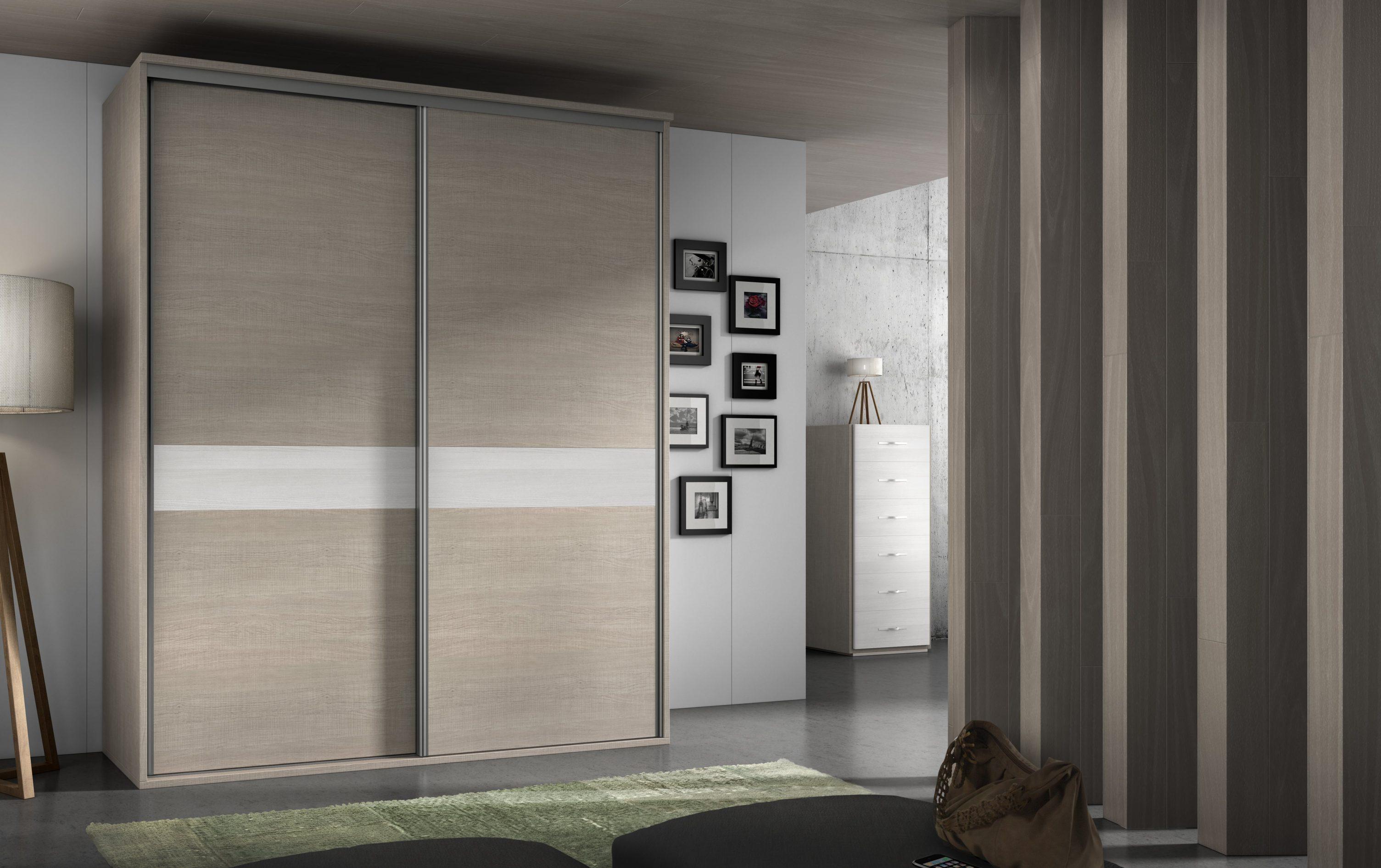 Armario de puertas correderas con plafón central, con varias posibilidades de medida y color. Es sin duda una solución ideal para poner orden en tu vestuario.
